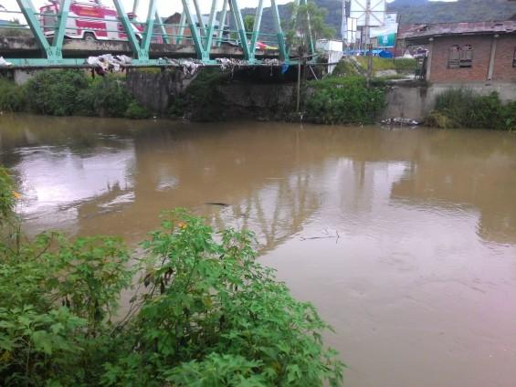 20.Jembatan terakhir Batang Lembang di Sumani dan dibawahnya ikut beberapa sampah yang terbawa arus sungai.