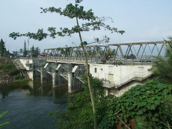 Jembatan Ombilin dan pintu keluar air danau Singkarak (2011).