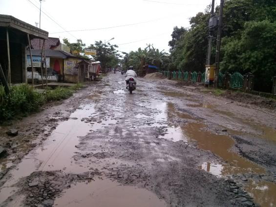Pemandangan jalan rusak di daerah Cimarga.