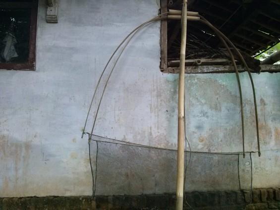 Sapan, alat pengambil ikan di Sungai Ciujung.
