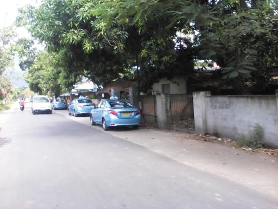 Taxi-taxi parkir di sepanjang jalan menuju Bangsal.