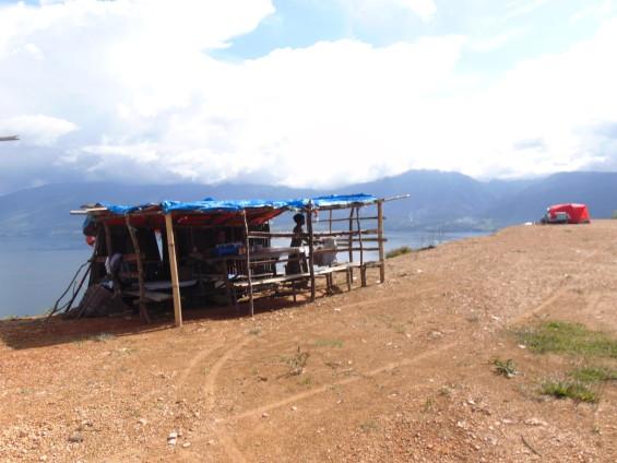 Kedai dan Pemandangan Danau Singkarak Dari Puncak Aua Sarumpun (koleksi foto Dyan Yudistira - 2015).