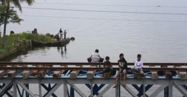 Pemancing di atas rel di Jembatan Ombilin (tahun 2014).