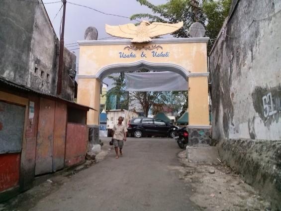 Pintu gerbang Lebak Pasar dan Kebon Kelapa.