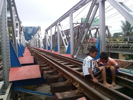 Anak-anak di kampung lebak sambel sedang bermain di jembatan dua_1