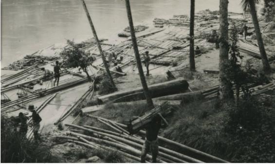 Suasana pasar bambu di area sungai di Ciujung, Lebak, 1949 (Gambar diakses dari http://media-kitlv.nl/).
