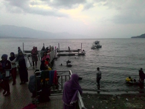 Suasana Danau Singkarak saat lebaran.