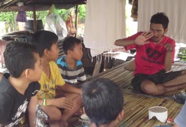 LOMBOK UTARA, 25 Januari, 2016: Khairunnas Mahadi dan Syarief Rausanzani (AKA The Broy) berkunjung ke rumah Pak Iri, warga Dusun Karang Desa.