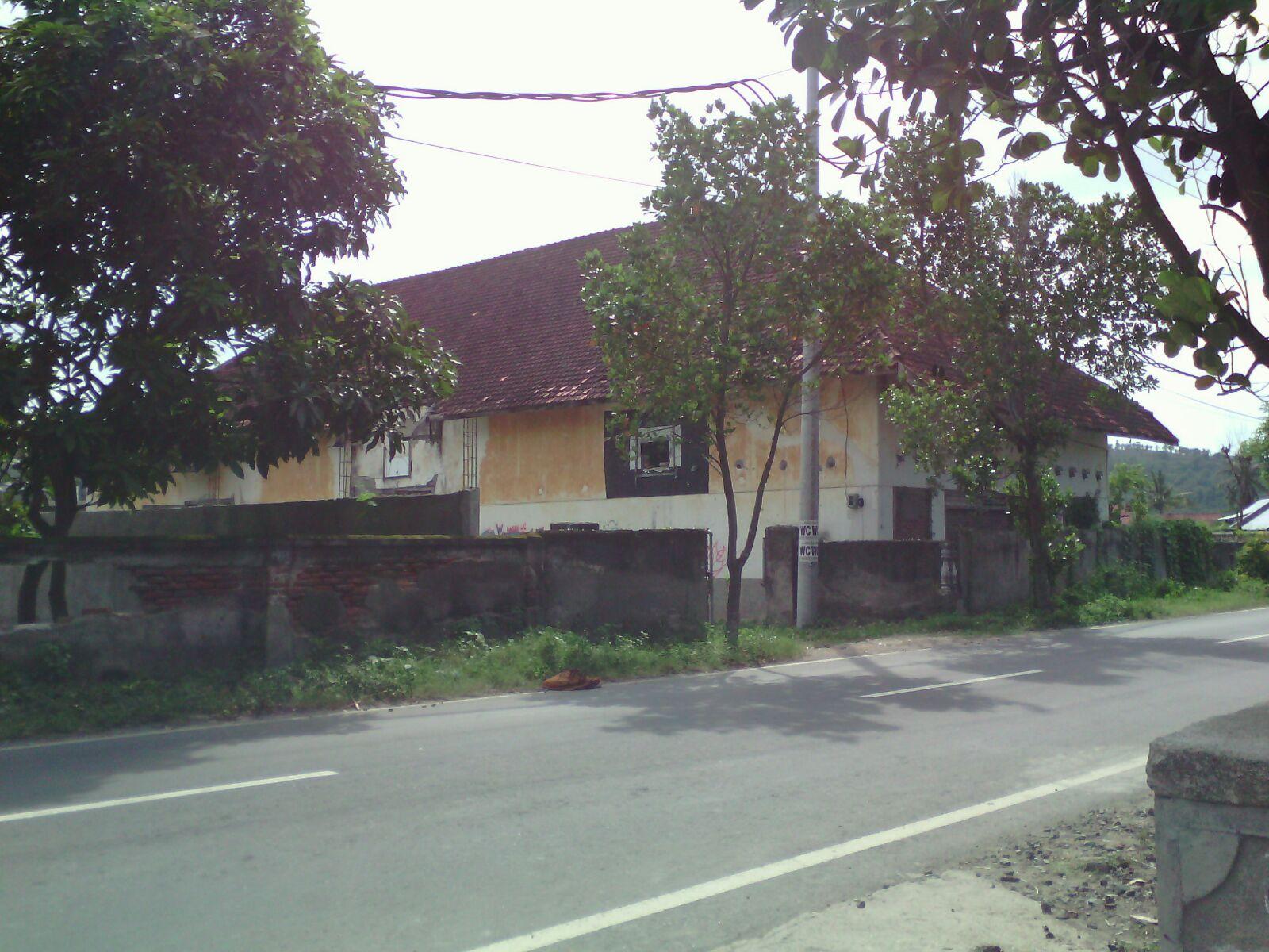 Gedung bekas koperasi, terletak di Dusun Karang Desa.
