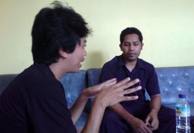 LOMBOK UTARA, 10 Februari, 2016: Ismal Muntaha (partisipan akumassa Chronicle) berdiskusi dengan Pak Metawadi (salah seorang pemuka agama di Pemenang) tentang Wasiat Pemenang.