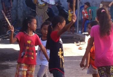 LOMBOK UTARA, 14 Februari, 2015: Muhaimi (salah seorang partisipan akumass Chronicle) berlatih Sematian bersama anak-anak Dusun Karang Baru, Desa Pemenang Timur, dalam rangka akumassa Chronicle.