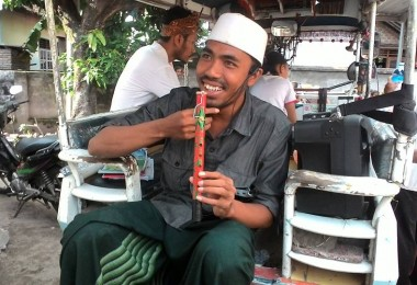 LOMBOK UTARA, 18 Februari, 2016: Ahmad Saleh Tabibuddin (salah seorang partisipan akumassa Chronicle) bersiap-siap untuk melakukan monolog di atas cidomo, mengelilingi Pemenang.