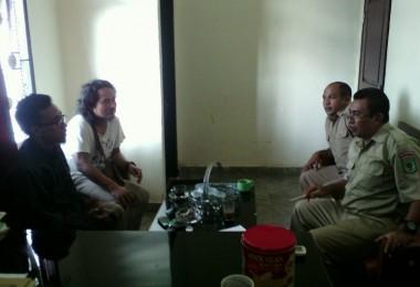 LOMBOK UTARA, 17 Februari, 2016: Muhammad Gozali (Direktur pasirputih) dan Syamsul Fajri (partisipan akumassa Chronicle) mengunjungi kantor Dinas Pariwisata Lombok Utara.
