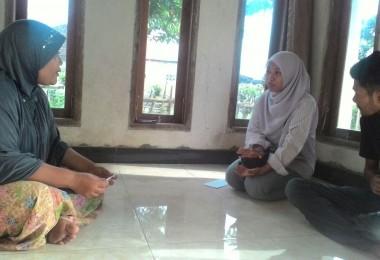 LOMBOK UTARA, 9 Februari, 2016: Baiq Ilda Karwayu dan Khairunnas Mahadi (dua orang partisipan akumassa Chronicle) berkunjung ke rumah Kepala Sekolah RA Al-Istiqomah, Yayasan Al-Hikmah, Ibu Qurratul Aini.