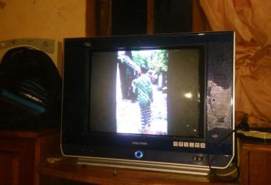 LOMBOK UTARA, 9 Februari, 2016: Kanal pasirputih tayang lagi. Penampakan di TV milik Pak Wahid.