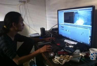 LOMBOK UTARA, 13 Februari, 2016: Gelar Soemantri (partisipan akumassa Chronicle) sedang mengerjakan karya videonya di studio pasirputih.