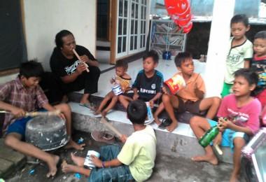 LOMBOK UTARA, 6 Februari, 2016: Anak-anak di Dusun Karang Baru bermain musik Sematian di bawah bimbingan Muhaimi.