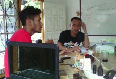 LOMBOK UTARA, 16 Februari, 2016: Lalu Refi Junianto, Ketua BKSM IAIN Mataram sedang berbincang dengan Khairunnas Mahadi (partisipan akumassa Chronicle) di kantor pasirputih.