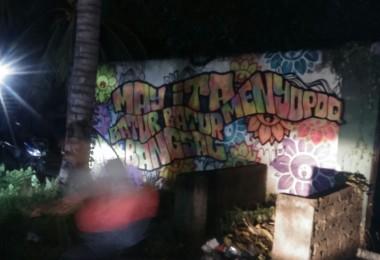 "LOMBOK UTARA, 10 Februari, 2016: ""MAY ITA MENYOPOQ BATUR-BATUR BANGSAL"" (2016) karya Bujangan Urban di dinding Hotel Taman Sari, Kecamatan Pemenang, Lombok Utara."