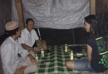 LOMBOK UTARA, 26 Januari, 2016: Gelar Soemantri, salah satu partisipan akumassa Chronicle, berkunjung ke rumah Pak Wahid, salah seorang warga Dusun Karang Baru. [Kiri ke kanan: Muhammad Gozali (Direktur pasirputih), Wahid Hasyim, dan Gelar Soemantri].