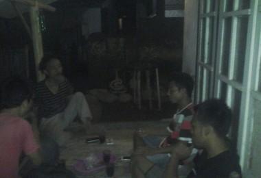 LOMBOK UTARA, 28 Januari, 2016: Asta (salah satu partisipan akumassa Chronicle) berdiskusi dengan Safrol (warga Dusun Karang Desa).