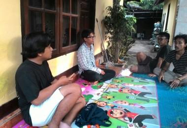 LOMBOK UTARA, 29 Januari, 2016: Sulung (salah satu seniman partisipan akumassa Chronicle) bertamu ke rumah Dammatha Samena (Ketua Komunitas Kearifan Lokal Tebango).