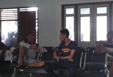 LOMBOK UTARA, 3 Februari, 2016: Khairunnas Mahadi, salah satu partisipan akumassa Chronicle, berbincang dengan Fadil, seorang pemandu wisata di Bangsal.