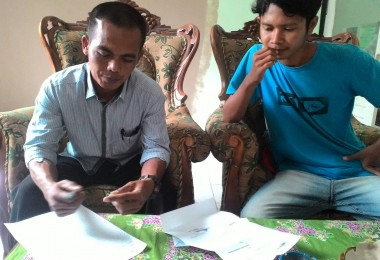 LOMBOK UTARA, 3 Februari, 2016: Humaidi, Kepala Dusun Bentek, Desa Pemenang Barat, salah satu Kadus yang didatangi pasirputih. [Kiri ke kanan: Humaidi, dan Hamdani (anggota pasirputih)