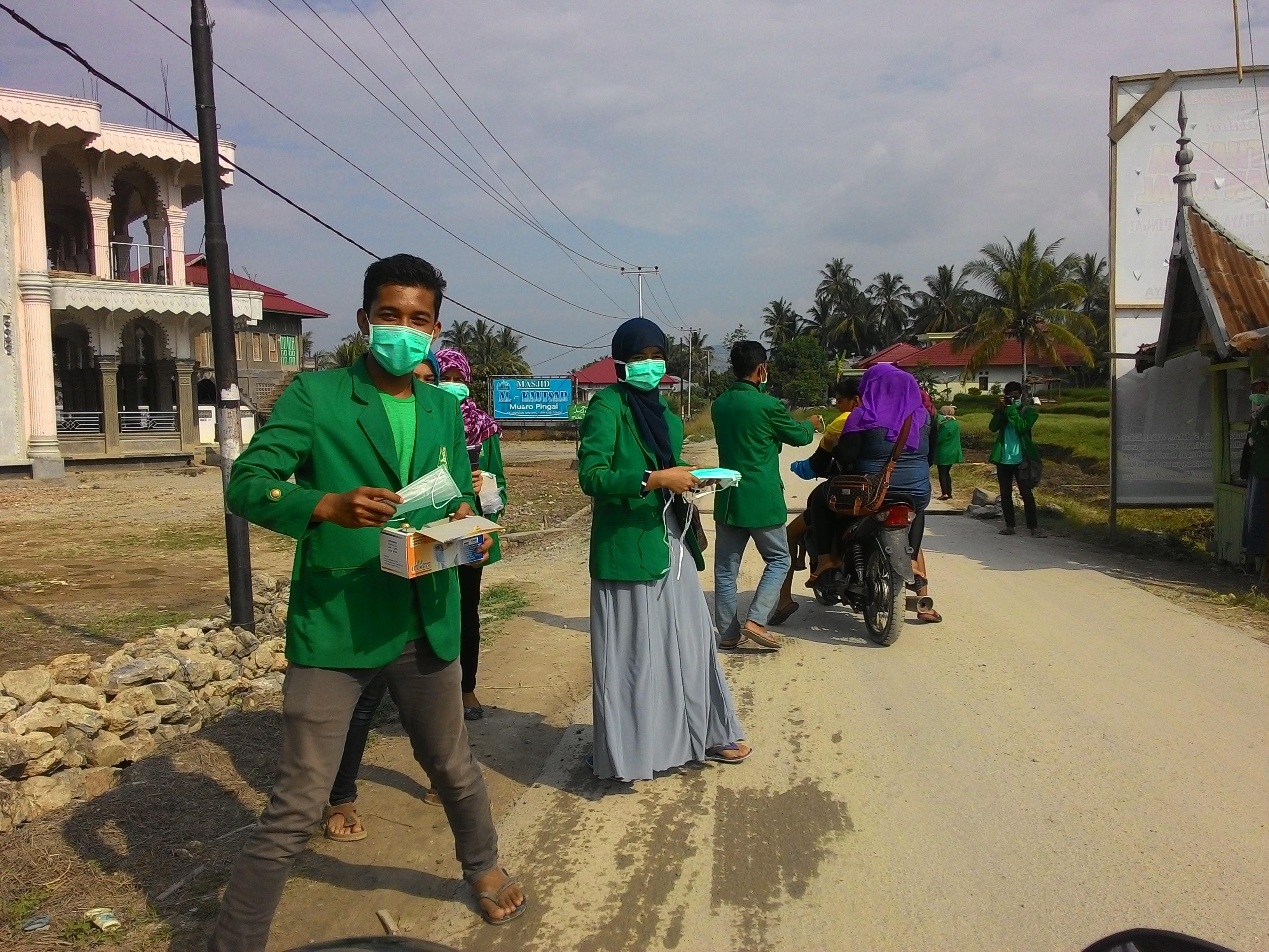 Mahasiswa KKN UNAND saat membagi-bagikan masker di Muaro Pingai.