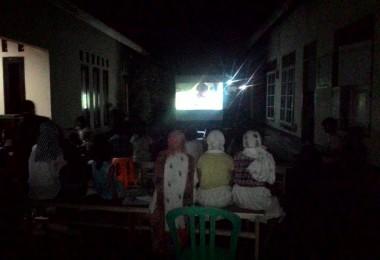 LOMBOK URATA, 30 Januari, 2016: Bioskop pasirputih dihelat untuk pertama kali di Dusun Karang Baru, Desa Pemenang Timur.