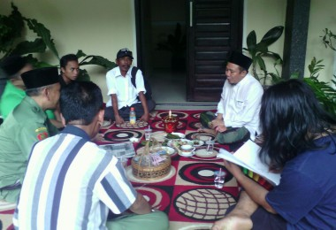 LOMBOK UTARA, 15 Februari, 2015: Hujjatul Islam (salah seorang partisipan akumassa Chronicle) sedang melukis wajah Bapak Najmul Akhyar, Bupati Terpilih Lombok Utara periode 2016-2021, saat berkunjung ke rumah beliau bersama Muhammad Gozali.
