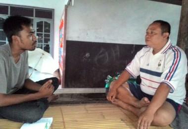 LOMBOK UTARA, 13 Februari, 2016: Ahmad Saleh Tabibudin AKA Asta (salah seorang partisipan akumassa Chronicle) sedang berbincang dengan Pak Isnaini, pegiat olahraga di Pemenang.
