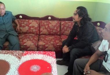LOMBOK UTARA, 10 Februari, 2016: Syamsul Fajri AKA Kang Jabo (partisipan akumassa Chronicle, duduk di tengah) dan Pak Jaka (Ketua Grup Rudat Setia Budi, di sebelah kanan) berbincang dengan Kepala Sekolah SMPN 1 Pemenang, Pak Karmin.