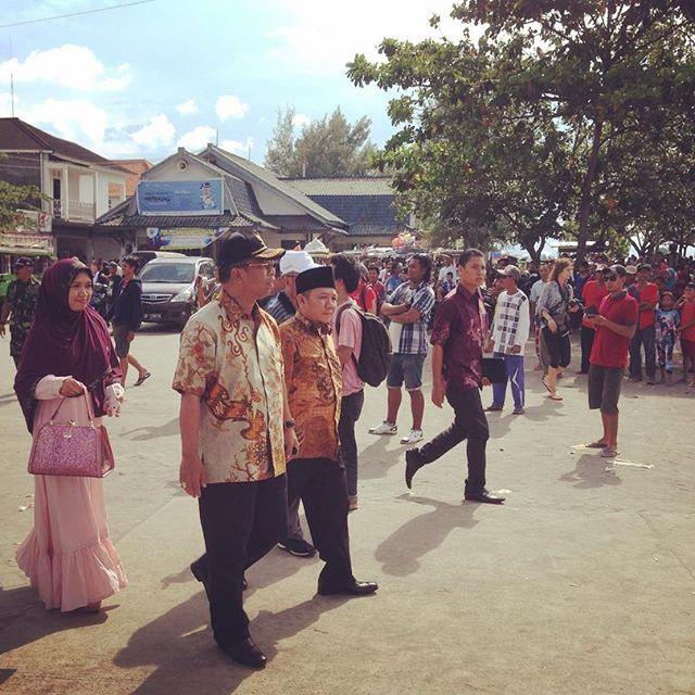 Bupati Lombok Utara, Bpk. Najmul Akhyar, dan Wakil Gubernur Nusa Tenggara Barat, Muhammad Amin, memasuki area Pelabuhan Bangsal pada acara Bangsal Menggawe: Membasaq (28 Februari 2016).