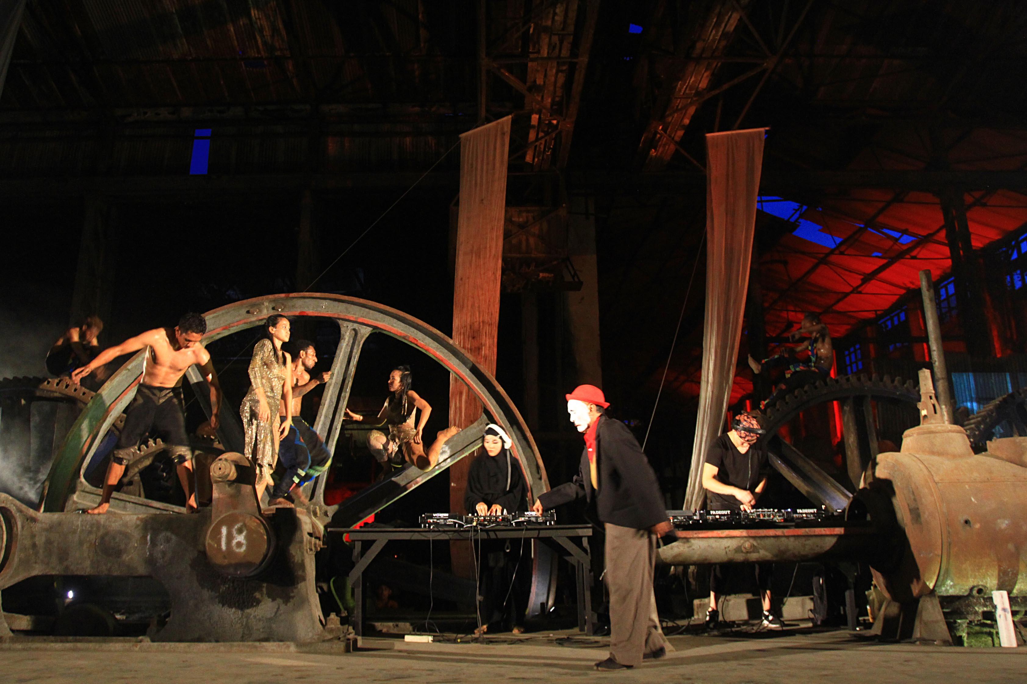 Joglosemar | Kurniawan Arie Wibowo FABRIEK FIKR 2 - Penari membawakan seni performing art saat tampil dalam gelaran Fabriek Fikr 2 di bekas bangunan pabrik gula Colomadu, Karanganyar, Sabtu (19/11).